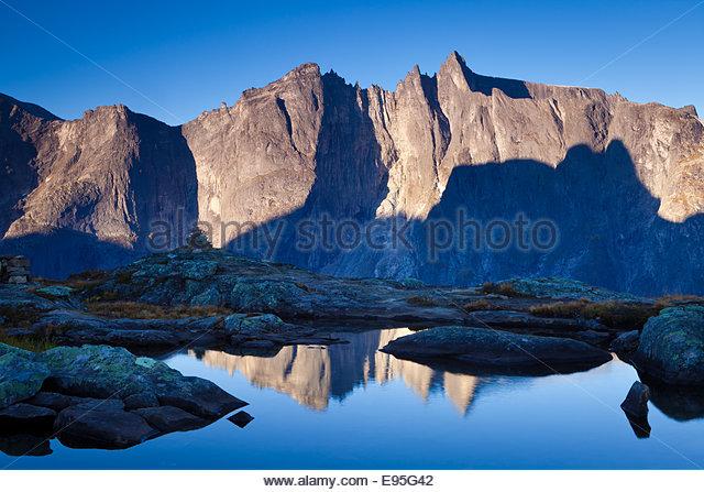 Zunächst Licht auf den Gipfeln Trolltindane und 3000 Fuß vertikal Troll Wand im Tal Romsdalen, Norwegen. Stockbild