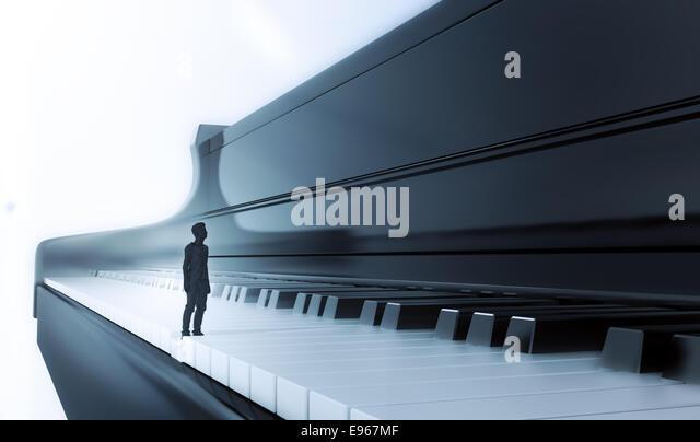 Kleiner Mann auf eine klassische Klavier-Tastatur Stockbild