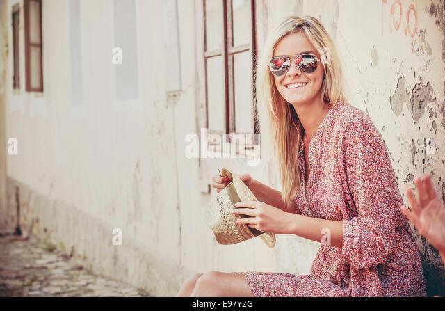 Junge Frau mit blonden Haaren warten auf Abfahrt Stockbild