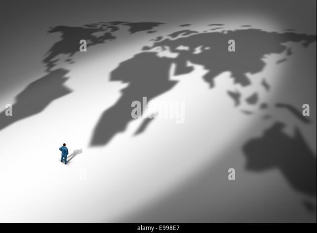 Welt-Business-Strategie und globale Planung als eine Person oder ein Geschäftsmann stand vor einem Schlagschatten Stockbild