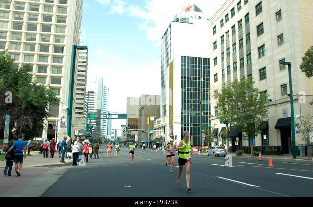 An einem Sonntagmorgen im kanadischen Edmonton City ist ein Marathon im Gange; Läufer in Jasper Avenue nähern Stockbild
