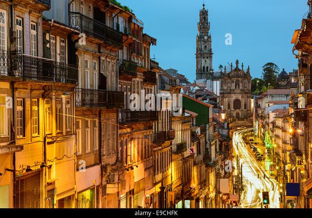Porto, Portugal Stadtbild in Richtung Clerigos Kirche. Stockbild