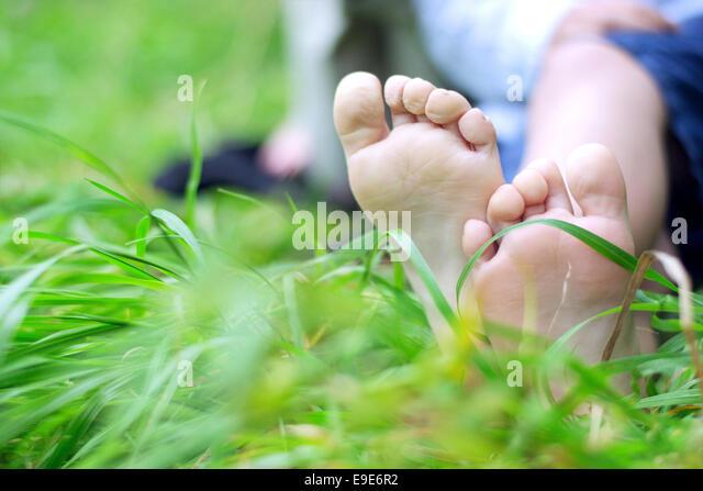 Kleiner junge Füße frisches Gras Stockbild
