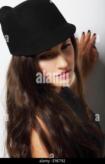 Jahrgang. Romantische nachdenkliche Frau mit schwarzem Hut Stockbild