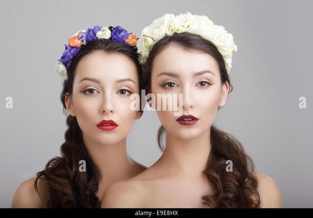 Eleganz. Zwei Frauen mit Blumenkränze. Fantasie Stockbild