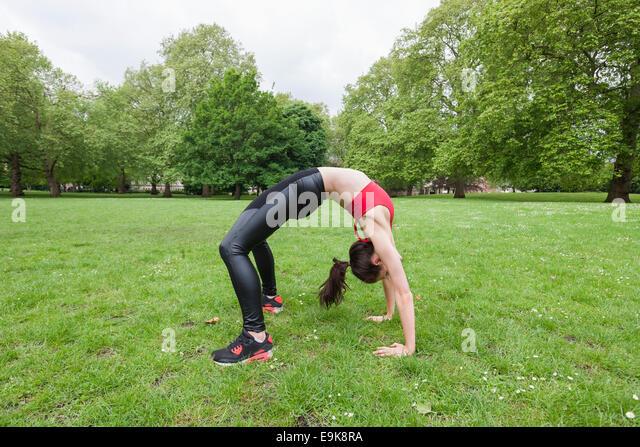 Voller Länge Seitenansicht Fit Frau Gymnastik im park Stockbild