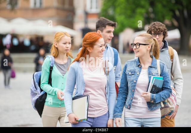 Gruppe von College-Freunde walking im freien Stockbild