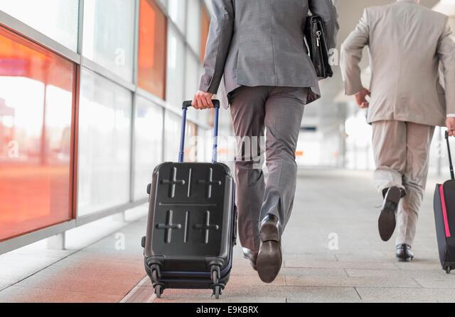 Rückansicht von Geschäftsleuten mit Gepäck auf Eisenbahn-Plattform Stockbild