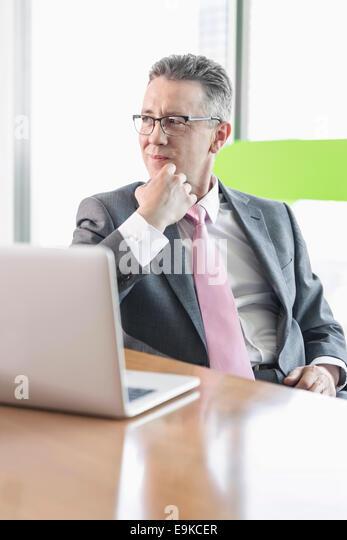 Junge Geschäftsfrau mit Kopierer im Büro Stockbild