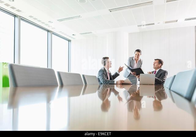 Mittelteil der junge Geschäftsfrau mit Kopierer im Büro Stockbild
