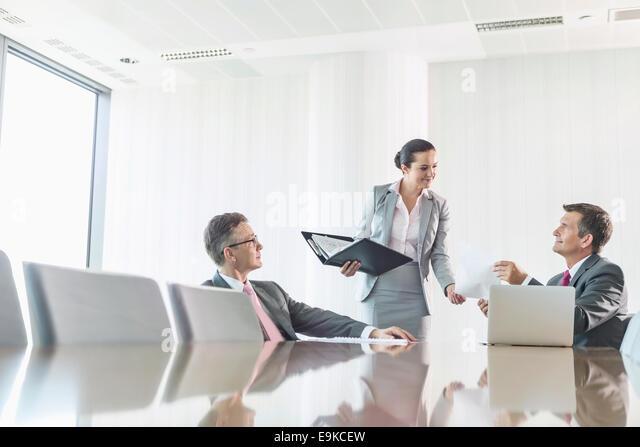 Bild der Geschäftsfrau mit Kopierer im Büro beschnitten Stockbild