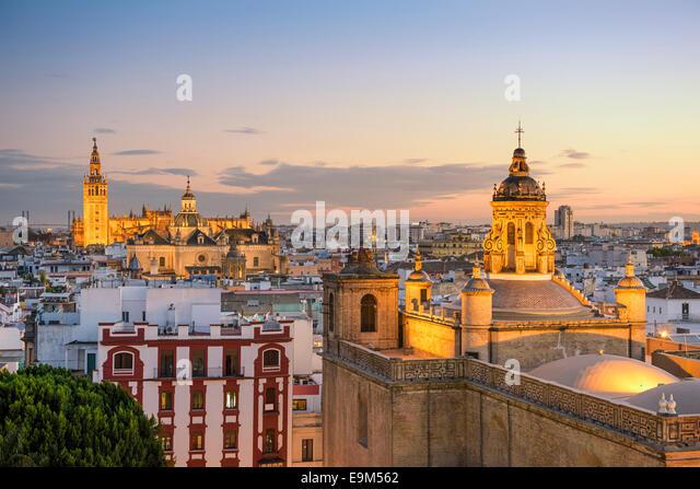 Sevilla Stadt Skyline in der Abenddämmerung. Stockbild