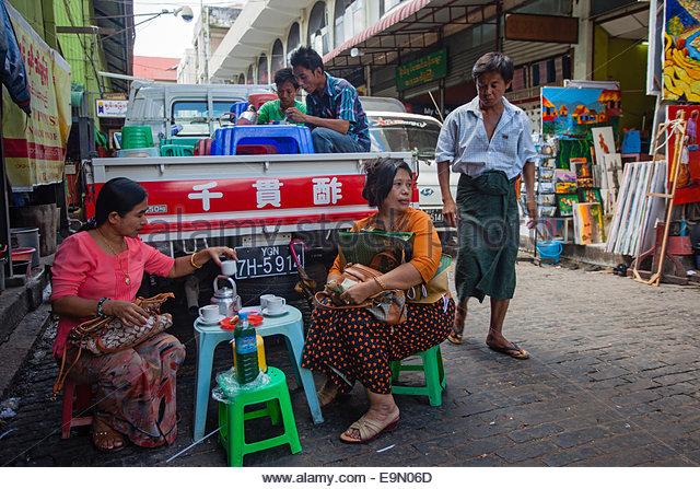 Eine Straße Seite provisorischen Essen und Tee-Shop im Bogyoke Aung San-Markt, Yangon, Myanmar. Stockbild