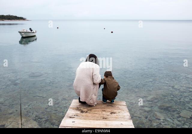 Mutter und Sohn auf der Suche nach einem Fisch Stockbild