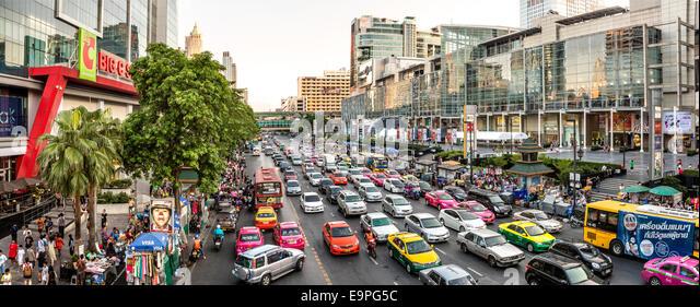 Straßenbild mit Stau in der Innenstadt von Bangkok, Thailand   Berufsverkehr Mit Verkehrsstau in der Innenstadt Stockbild