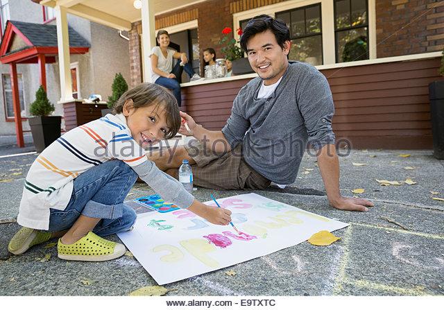 Vater und Sohn Malerei Limonade stehen Zeichen Stockbild
