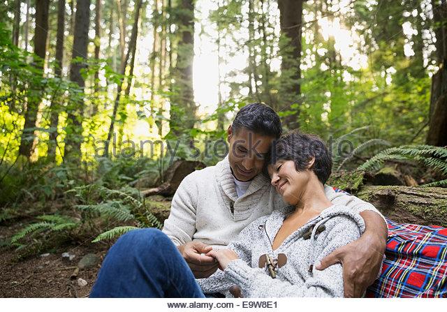 Romantisches Paar umarmt in Wäldern Stockbild