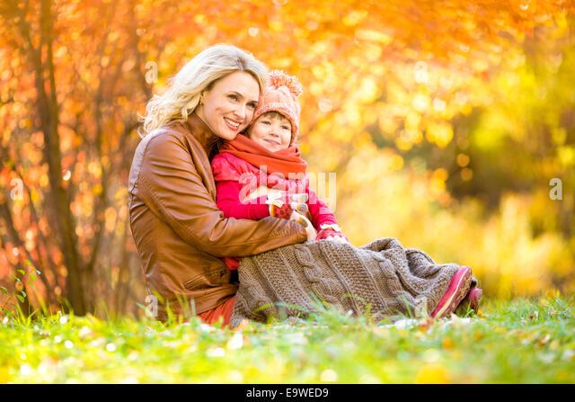 Glückliche Mutter und Kind im Freien im Herbst park Stockbild