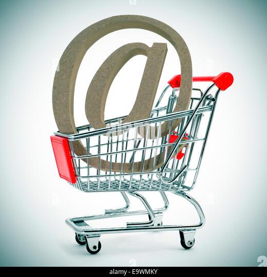 ein at-Zeichen in einem Warenkorb, zeigt das Konzept der e-shopping oder e-Commerce Stockbild