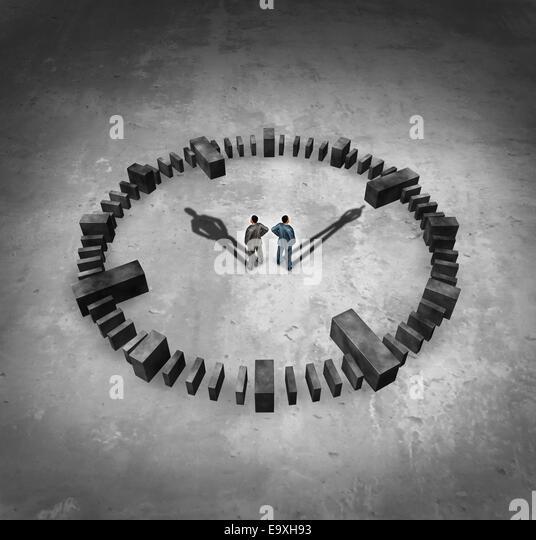 Geschäftskonzept Zeit als zwei Geschäftsmann steht in der Mitte eine Sundail Uhr mit ihrem Schattenwurf Stockbild