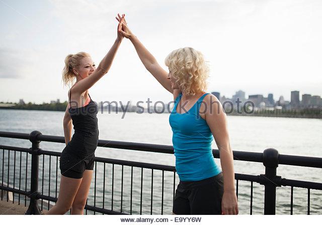 Frauen, die Dehnung auf Brücke, Montreal, Quebec, Kanada Stockbild