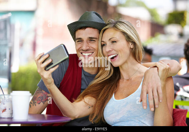 Paar nehmen Selfie im café Stockbild