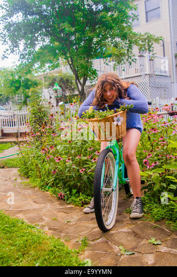 Porträt von Teenager-Mädchen auf dem Fahrrad, im freien Stockbild