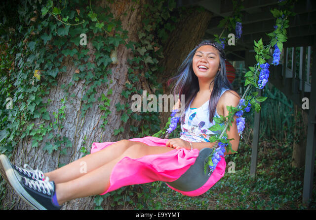 Porträt von Teenager-Mädchen auf Baum-Schaukel Stockbild