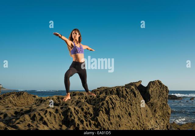 Warrior 2 darstellen, Windansea Beach, La Jolla, Kalifornien Stockbild