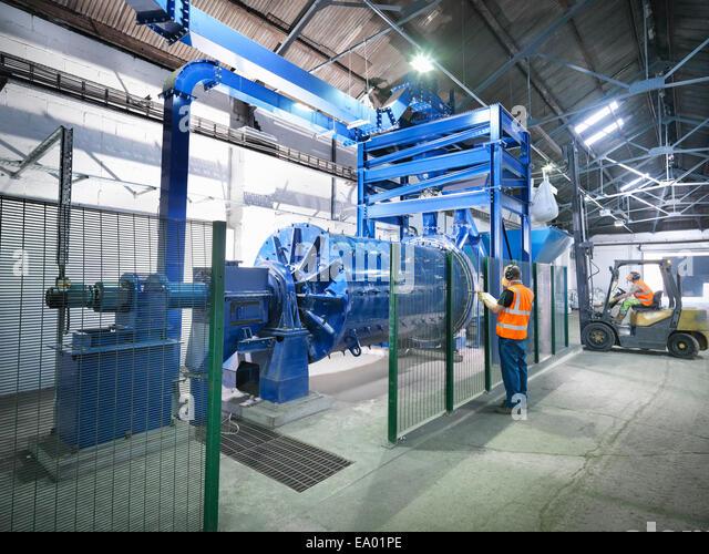 Arbeitnehmer im Metallerz Mühle Stockbild