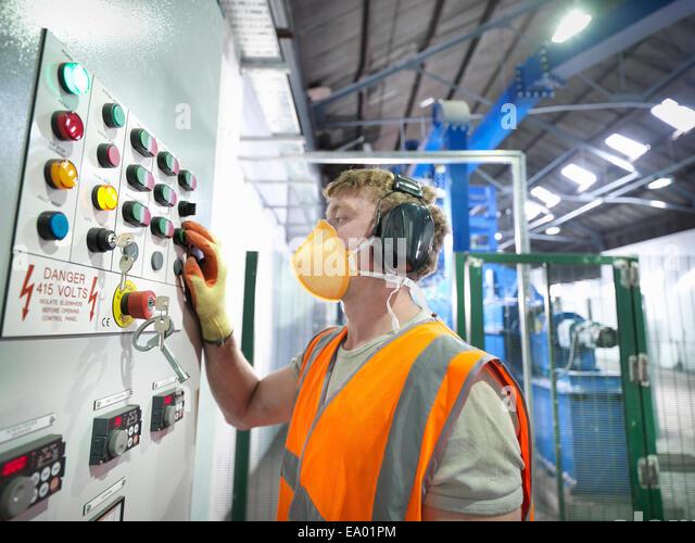 Worker bei Kontrollen der Metallerz Mühle Stockbild