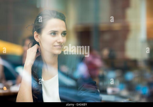 Geschäftsfrau aus Café Fenster, London, UK Stockbild