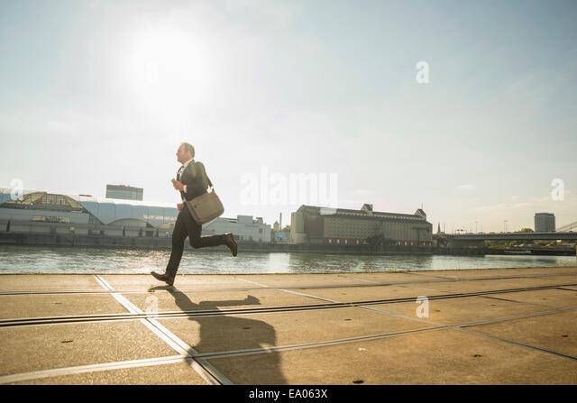 Geschäftsmann am Wasser entlang Stockbild