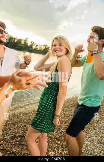 Gruppe von Freunden, tanzen am Strand Stockbild