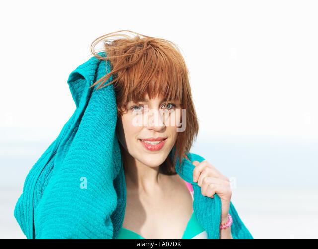 Junge Frau im Bikini, die Haare mit Handtuch trocknen Stockbild
