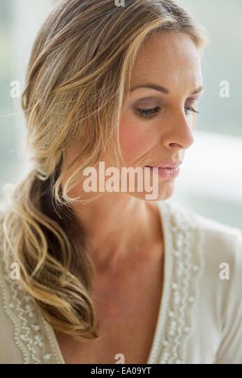 Reife blonde Frau blickte, Porträt Stockbild