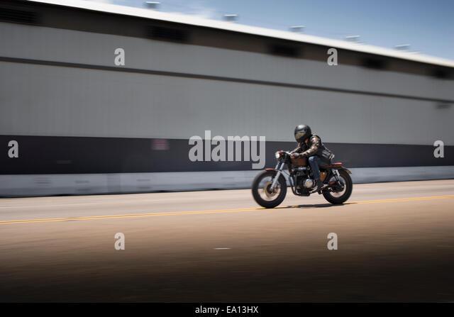 Verschwommenes Bild der Beschleunigung männlichen Motorradfahrer Stockbild
