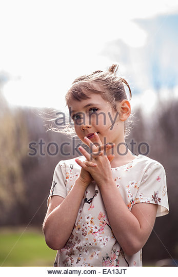 Porträt von hübschen Mädchen mit den Fingern entwirrt Stockbild