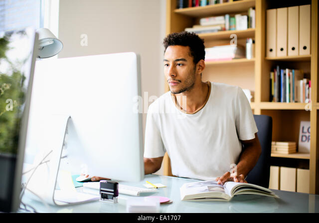 Grafik-Designer mit Computer am Arbeitsplatz Stockbild