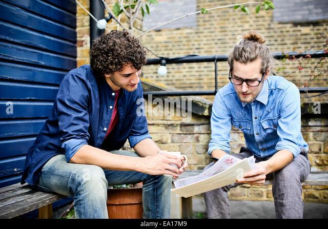 Männer, die Diskussion auf Bank Stockbild