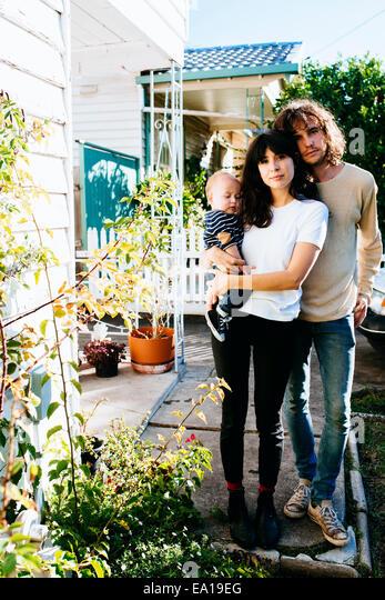 Familie vor dem Haus Stockbild