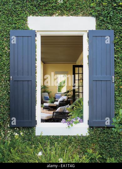 Garten-Terrasse gesehen durch Fenster Stockbild