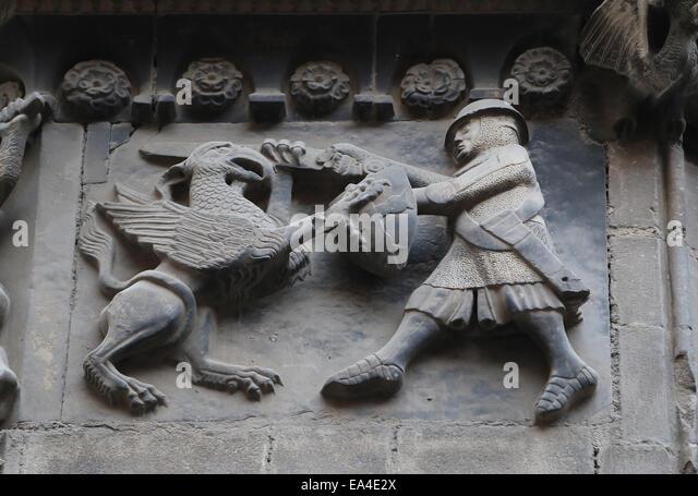 Spanien. Katalonien. Kathedrale von Barcelona. Fightwith ein Greif zu einer Entlastung des San Ivo Portal. Paneele Stockbild