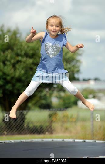 Italien, Kalabrien, Mädchen (2-3) springen auf dem Trampolin im Sommer Stockbild