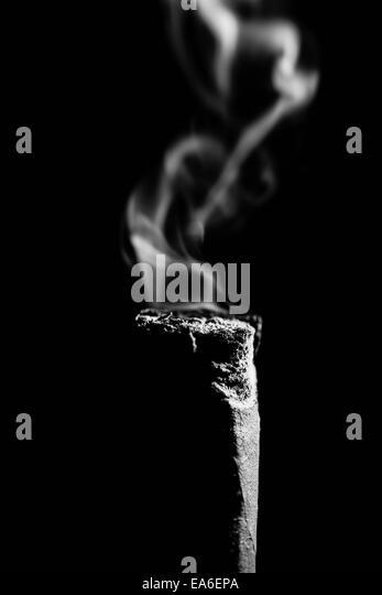 Zigarre Hintern und Rauch auf schwarzem Hintergrund Stockbild