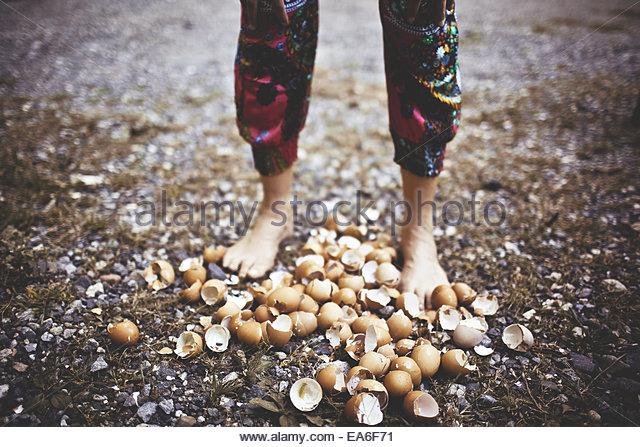 Niedrigen Bereich Aufnahme Frau zu Fuß auf Eierschalen Stockbild