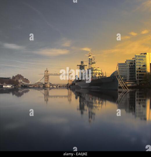 Großbritannien, London, HMS Belfast und Tower Bridge gesehen von Wasserlinie Stockbild