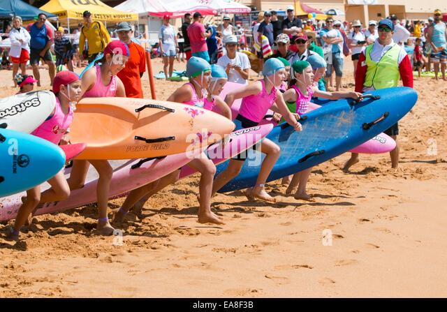 Junioren und Kinder aus Sydney Nordstrände surf-Clubs in Newport Beach Surf lebensrettende Karneval Wettbewerb, Stockbild