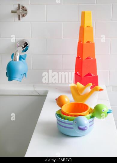 des Kindes Bad Spielzeug am Rand der Badewanne zu Hause Stockbild