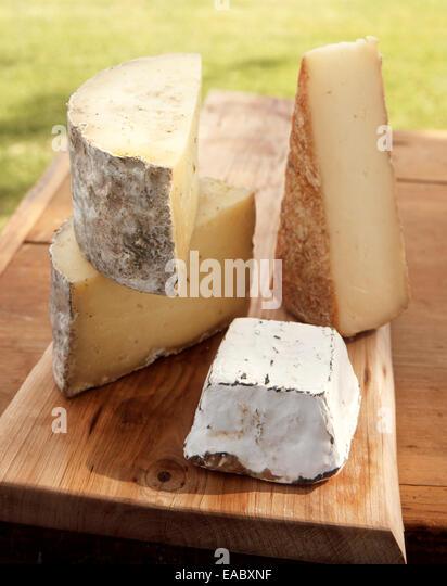 Schneiden von Käse auf Schneidebrett Stockbild
